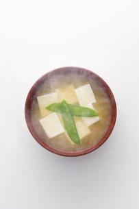 豆腐とさやえんどうのみそ汁の写真素材 [FYI02823331]