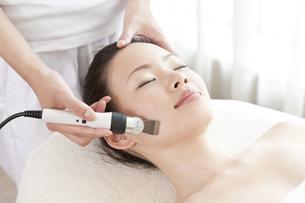 顔の施術を受ける日本人女性の写真素材 [FYI02823333]