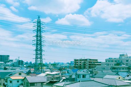 街並みと送電鉄塔の写真素材 [FYI02823337]