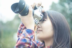 カメラを持って撮影する女性の写真素材 [FYI02823399]
