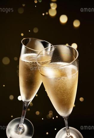 キラキラ背景のシャンパンの乾杯シーンの写真素材 [FYI02823503]