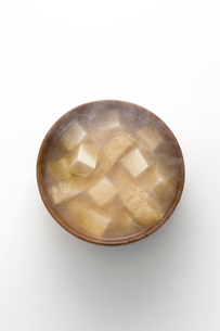豆腐と油あげのみそ汁の写真素材 [FYI02823570]