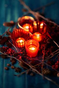 キャンドルとクリスマスオーナメントの写真素材 [FYI02823597]