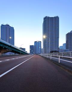 晴海通りと夜明けの豊洲の高層ビル群の写真素材 [FYI02823607]