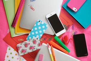 スマートフォンとビジネス小物の写真素材 [FYI02823621]