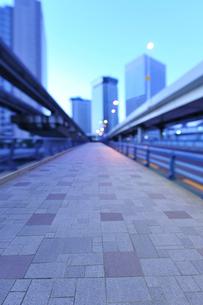 歩道と天王洲の高層ビル群の写真素材 [FYI02823636]