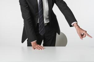 立ち上がって指示をするビジネスマンの写真素材 [FYI02823685]