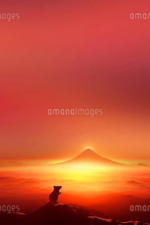 富士山の日の出とネズミのシルエットのイラスト素材 [FYI02823688]
