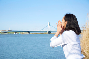 川辺で叫ぶ女子高生の写真素材 [FYI02823700]