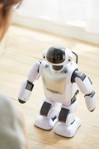 女性と会話をしているロボットの写真素材 [FYI02823706]