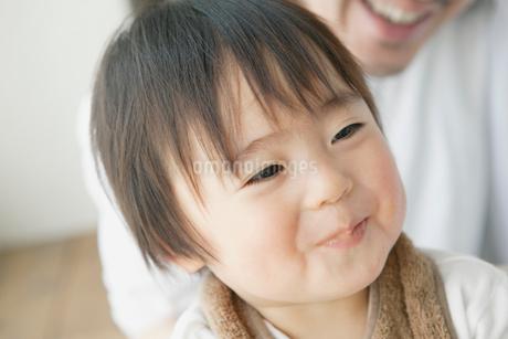 離乳食を食べ微笑む赤ちゃんの写真素材 [FYI02823724]