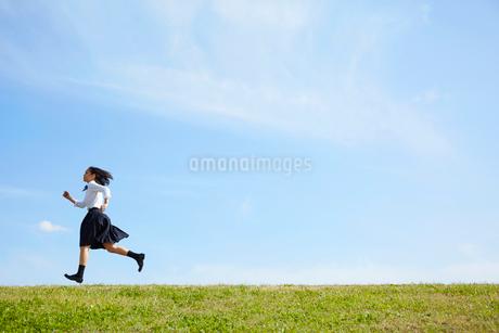 河川敷を走る女子高生の写真素材 [FYI02823729]