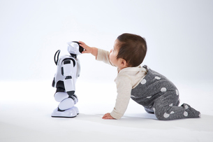 赤ちゃんと遊ぶロボットの写真素材 [FYI02823730]