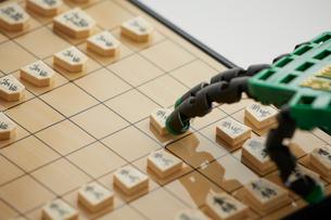 将棋をするロボットの手の写真素材 [FYI02823738]