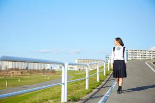 景色を見渡しながら歩く女子高生の写真素材 [FYI02823753]