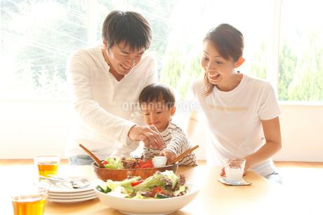 食事をする3人家族の写真素材 [FYI02823761]