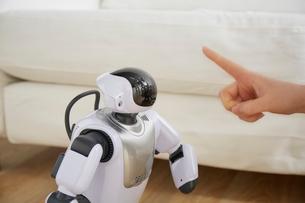 女性にしつけられているロボットの写真素材 [FYI02823781]