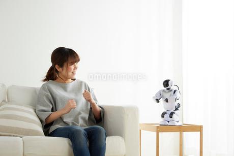 ロボットと会話する女性の写真素材 [FYI02823783]