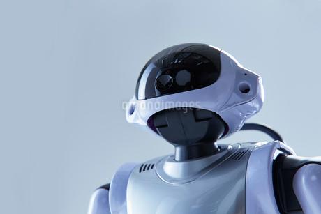 白い空間に立つロボットの写真素材 [FYI02823789]