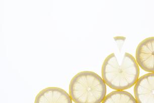 並んだ輪切りのレモンの写真素材 [FYI02823792]