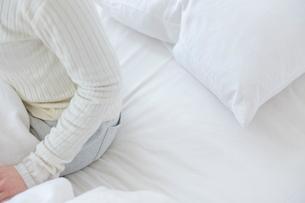 ベッドに座る女性の写真素材 [FYI02823804]