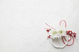 白い和紙上の水引と花の締縄の写真素材 [FYI02823806]