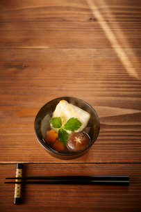 食卓の上のお雑煮の写真素材 [FYI02823808]
