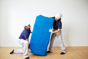 家具を運ぶ男女の引っ越しスタッフの写真素材 [FYI02823820]