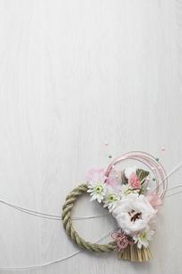 白い木目天板上のアレンジ締縄と水引の写真素材 [FYI02823831]