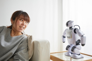 リラックスしてロボットと話す女性の写真素材 [FYI02823839]