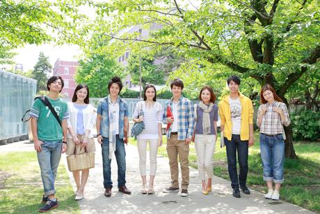 キャンパスで微笑む8人の大学生の写真素材 [FYI02823848]
