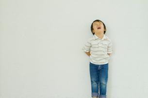 後ろで腕組みする5歳の男の子の写真素材 [FYI02823854]