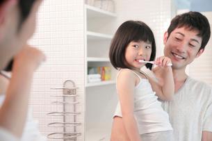 洗面所で歯を磨く父と娘の写真素材 [FYI02823859]