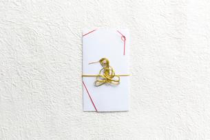 白い和紙上の蛇の水引がついた金封の写真素材 [FYI02823873]