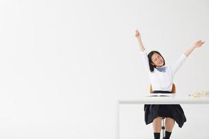 勉強の合間に伸びをしている女子高生の写真素材 [FYI02823875]