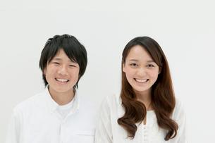 白バックで微笑む子供達の写真素材 [FYI02823877]