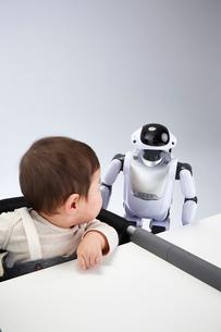 赤ちゃんを見守るロボットの写真素材 [FYI02823880]