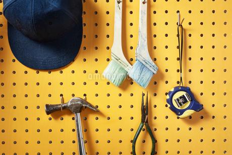 壁にかかった工具の写真素材 [FYI02823887]