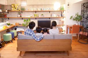 リノベーションマンションに暮らす若い4人家族の写真素材 [FYI02823903]