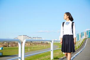 景色を見渡しながら歩く女子高生の写真素材 [FYI02823909]
