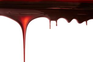 上から垂れ落ちる溶けたチョコレートの写真素材 [FYI02823912]