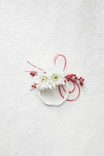 白い和紙上の水引と花の締縄の写真素材 [FYI02823913]