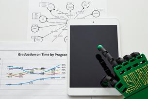タブレットを操作するロボットの手の写真素材 [FYI02823944]