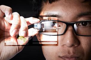 スマートグラスをかけている男性の写真素材 [FYI02823946]