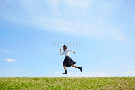 河川敷を走る女子高生の写真素材 [FYI02823953]