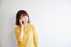 電話をする女性の写真素材 [FYI02823976]