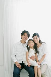 仲の良い親子のポートレイトの写真素材 [FYI02823979]