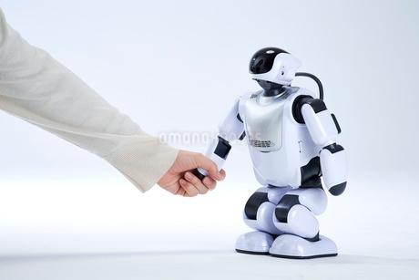 ロボットと握手をする人間の手の写真素材 [FYI02823986]
