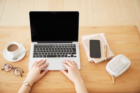 ノートパソコンを操作する女性の写真素材 [FYI02824009]