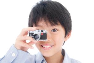 小型カメラを持つ男の子の写真素材 [FYI02824014]